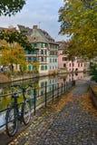 Estrasburgo, canal del agua y casa agradable en el área de Petite France Foto de archivo libre de regalías