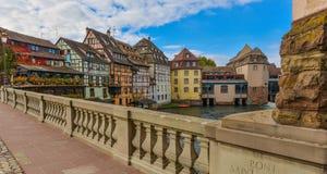 Estrasburgo, canal del agua y casa agradable en el área de Petite France Foto de archivo