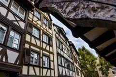 Estrasburgo, canal del agua y casa agradable en el área de Petite France Fotos de archivo