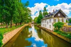 Estrasburgo, canal en el área de Petite France, sitio del agua de la UNESCO Alsa Foto de archivo
