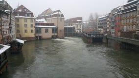 Estrasburgo en la Navidad, los ríos y el barco de cruceros del río Fotografía de archivo