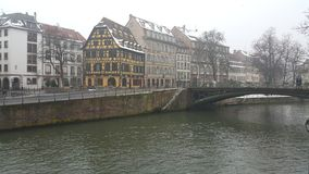 Estrasburgo en la Navidad, los ríos y el barco de cruceros del río Imagenes de archivo