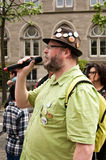 ESTRASBURGO - Francia - 23 de mayo de 2015 - hombre con el micrófono durante la demostración contra Monsanto y la invitación del  Fotografía de archivo