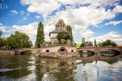 Estrasburgo, puente medieval Ponts Couverts en el ` de Petite France del ` turística del área Alsacia, Francia fotografía de archivo libre de regalías