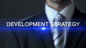 Estratégia de desenvolvimento, homem de negócios em tela tocante do terno, plano de ação, futuro filme