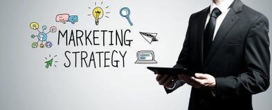 Estratégia de marketing com o homem que guarda o tablet pc imagem de stock
