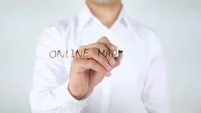 Estratégia de marketing em linha, escrita do homem no vidro video estoque