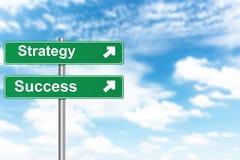 A estratégia e o sucesso assinam com o céu azul do borrão fotografia de stock