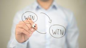 Estratégia vantajoso para as duas partes, escrita do homem na tela transparente Imagens de Stock Royalty Free