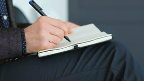 Estrategia de la escritura de la mano del planeamiento del día del hombre de negocios