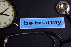 Estrategia de la salud en el papel de la impresión con la inspiración del concepto de la atención sanitaria despertador, estetosc fotos de archivo