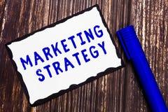 Estrategia de marketing del texto de la escritura de la palabra Concepto del negocio para el esquema en cómo presentar negocio de foto de archivo