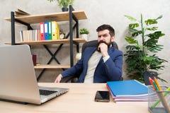 Estrategia empresarial que se convierte Asunto aventurado Concentración y foco El jefe barbudo del hombre sienta la oficina con e fotos de archivo libres de regalías