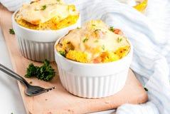 Estratos caseiros da caçarola do pão italiano com queijo, ovo e presunto imagens de stock