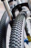 Estratto alto vicino della ruota e della gomma di bicicletta Fotografia Stock Libera da Diritti