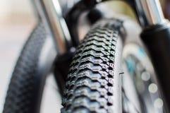Estratto alto vicino della ruota e della gomma di bicicletta Fotografie Stock Libere da Diritti