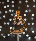 Estratto - candeliere dorato con i cristalli e le luci Immagini Stock Libere da Diritti