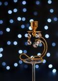 Estratto - candeliere dorato con i cristalli e le luci Immagini Stock