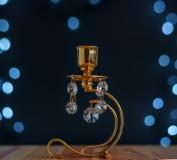 Estratto - candeliere dorato con i cristalli e le luci Fotografia Stock Libera da Diritti