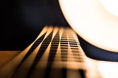 Estratto confuso delle corde della chitarra acustica immagini stock