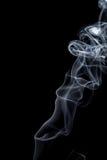 Estratto del ballo del fumo su un fondo nero fotografie stock
