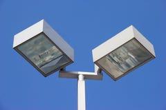 Estratto del lampione contro cielo blu immagini stock