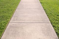 Estratto del marciapiede e dell'erba Fotografia Stock Libera da Diritti