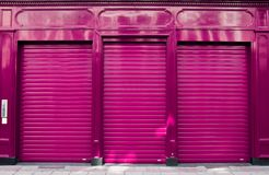 Estratto della chiusura di affari con la facciata porpora del negozio