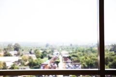 Estratto della sfuocatura della vista verde e della città immagini stock