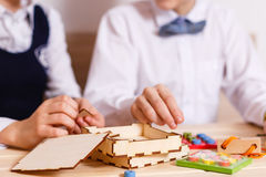 Estratto di legno del blocchetto del gioco con bokeh fotografia stock