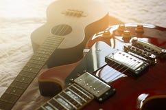Estratto di macro della chitarra elettrica e delle ukulele Fotografie Stock Libere da Diritti