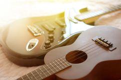 Estratto di macro della chitarra elettrica e delle ukulele Immagine Stock