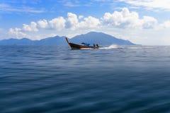 Estratto di moto della sfuocatura della barca del longtail Immagine Stock Libera da Diritti