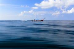Estratto di moto della sfuocatura della barca del longtail Fotografia Stock Libera da Diritti