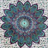 Estratto di pizzo sul reticolo floreale bianco del tessuto immagine stock libera da diritti