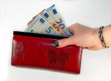 Estratto - mano della donna che tiene portafoglio rosso con soldi Immagine Stock Libera da Diritti