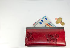 Estratto - portafoglio rosso della donna con fondo bianco soldi Fotografie Stock Libere da Diritti