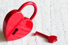 Estratto rosso di amore di giorno di biglietti di S. Valentino di forma del cuore del lucchetto Immagine Stock Libera da Diritti