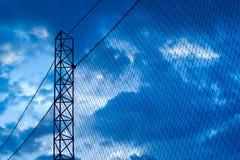 Estratto, siluetta variopinta di rete intorno a calcio del campo nei precedenti blu di tramonto Fotografie Stock