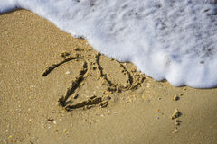 Estratto 2018 su un fondo della sabbia della spiaggia immagini stock