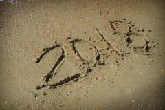 Estratto 2018 su un fondo della sabbia della spiaggia Immagine Stock