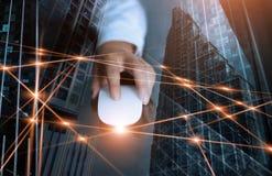 Estratto Uomo d'affari facendo uso della rete globale del topo e del exchane di collegamento di dati immagini stock libere da diritti