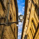 Estratto urbano della Toscana Lampada di via, tradizione giallo arancione rossa Fotografie Stock Libere da Diritti