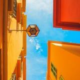 Estratto urbano Lampada di via, facciata giallo arancione rossa della casa e Immagini Stock Libere da Diritti