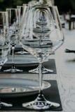 Estratto vuoto dei vetri di vino, fondo di colore Immagine Stock