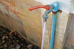 Estrattore della maniglia di rubinetto e tubo rossi del rubinetto (fuoco selettivo) che Fotografia Stock
