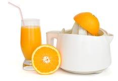 Estrattore della spremuta con un vetro del succo di arancia Fotografia Stock Libera da Diritti