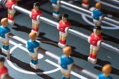 Estrattore a scatto di calcio-balilla con i giocatori miniatura immagini stock