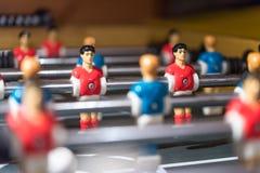Estrattore a scatto di calcio-balilla con i giocatori miniatura fotografie stock