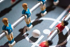 Estrattore a scatto di calcio-balilla con i giocatori miniatura fotografia stock